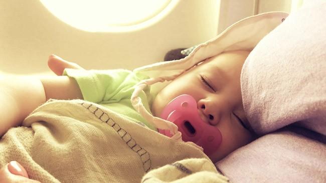 bebe dort avion